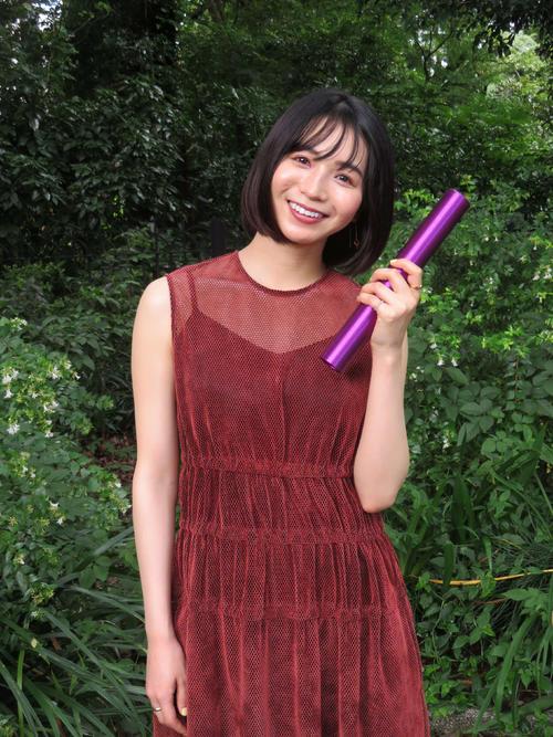 大好きなリレーのバトンを手に笑顔の女優傳谷英里香