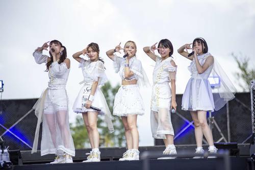 ベイビーレイズJAPAN解散ライブでの傳谷英里香(左から2人目、2018年9月24日撮影)