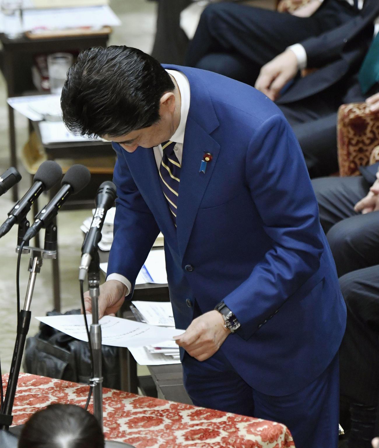 衆院予算委で、立憲民主党の辻元清美氏へのやじを飛ばした問題について謝罪する安倍首相(共同)