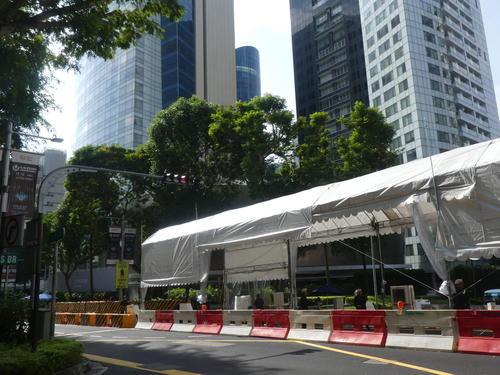 金正恩氏が宿泊するシンガポール市内のセントレジスホテルは、前日よりさらに厳戒態勢になった(撮影・中山知子)