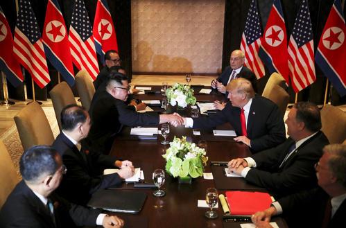 史上初となる米朝首脳会談に臨むトランプ米大統領と北朝鮮の金正恩・朝鮮労働党委員長(ロイター)