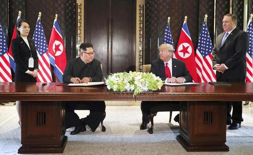 合意文書の署名式に臨んだ北朝鮮の金正恩朝鮮労働党委員長(左から2人目)とトランプ米大統領。後方は金与正党第1副部長(左端)とポンペオ米国務長官(右端)(ロイター=共同)