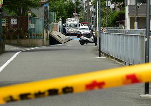 午前7時に起きた大阪での地震で小学生がグラウンドに避難する、豊中市立西丘小学校(撮影・清水貴仁)