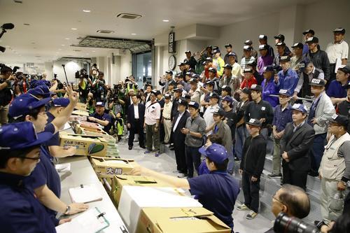 開場した豊洲市場で行われた青果の競り(共同)