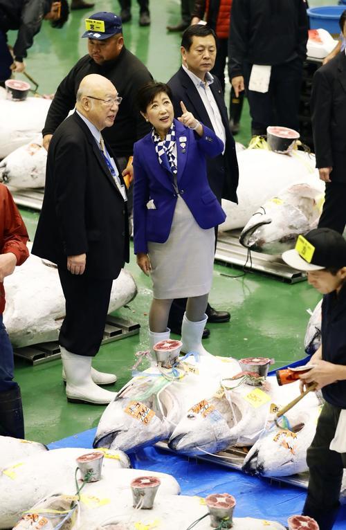 開場した豊洲市場でマグロの競り場を視察する東京都の小池百合子知事(共同)