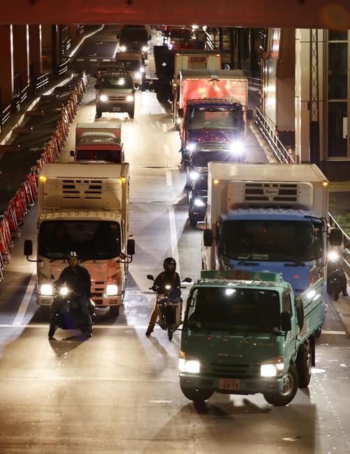 豊洲市場が開場し関係車両で混雑する周辺道路(共同)