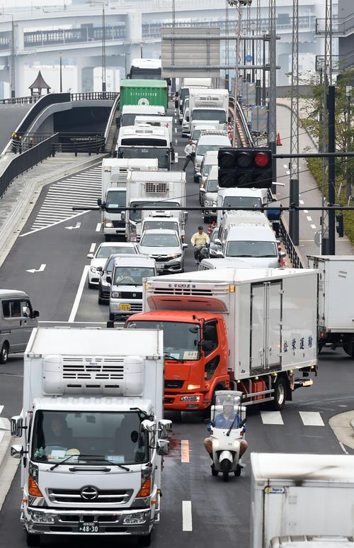 豊洲市場につながる道路は渋滞が起こり問題となっている(撮影・横山健太)