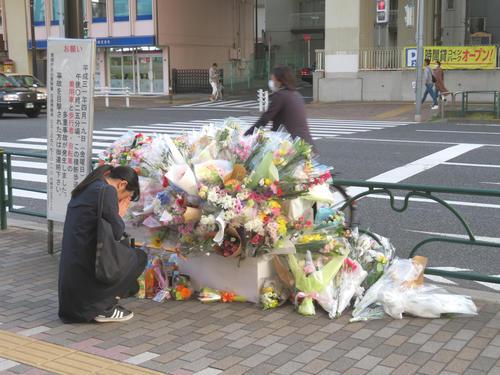 東京・池袋の事故現場付近に設置された献花台に手を合わせる女性(撮影・村上幸将)