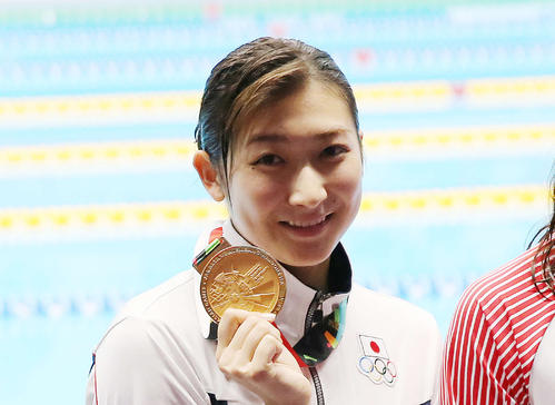 アジア大会で金メダルを手に笑顔の池江璃花子(2018年撮影)
