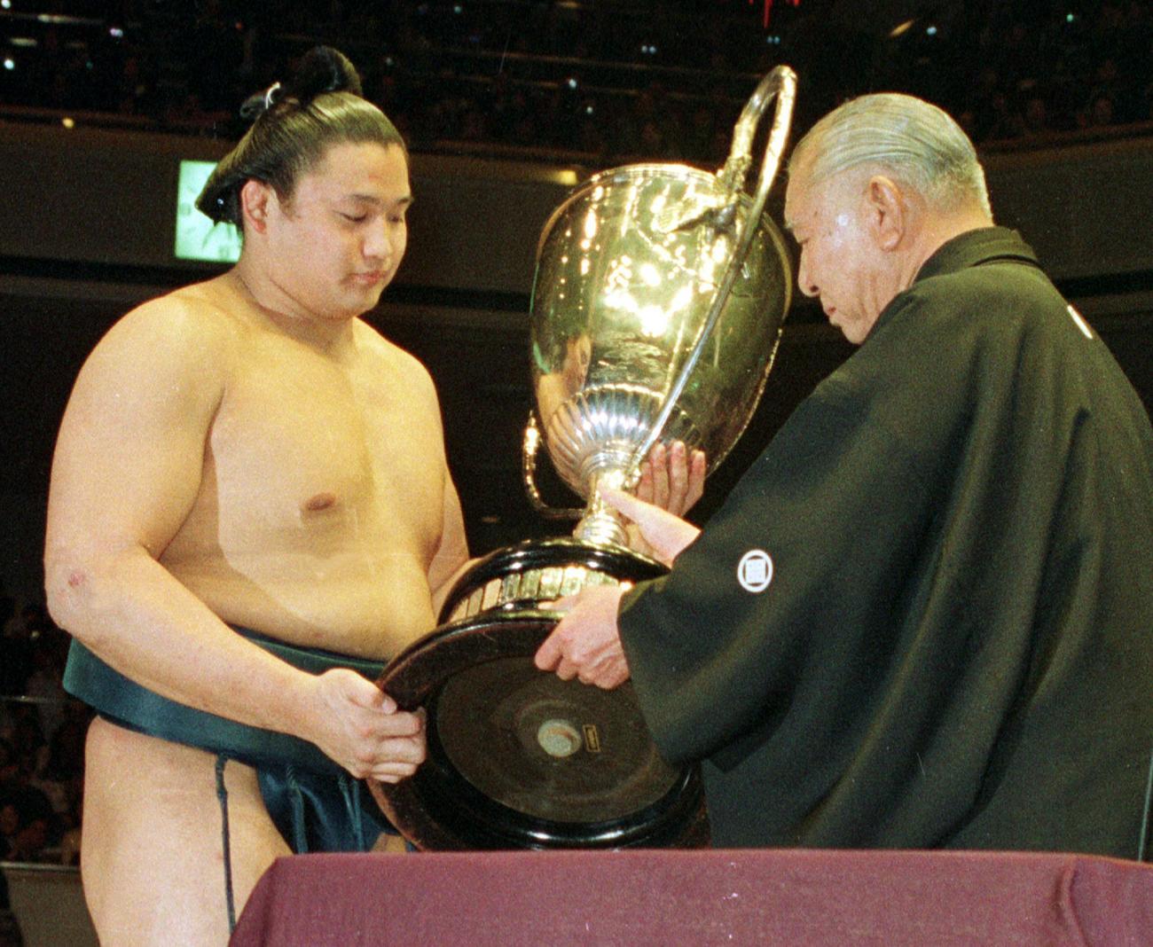 初優勝で二子山理事長(初代若乃花)から賜杯をうける貴花田(貴乃花)(1992年1月26日撮影)