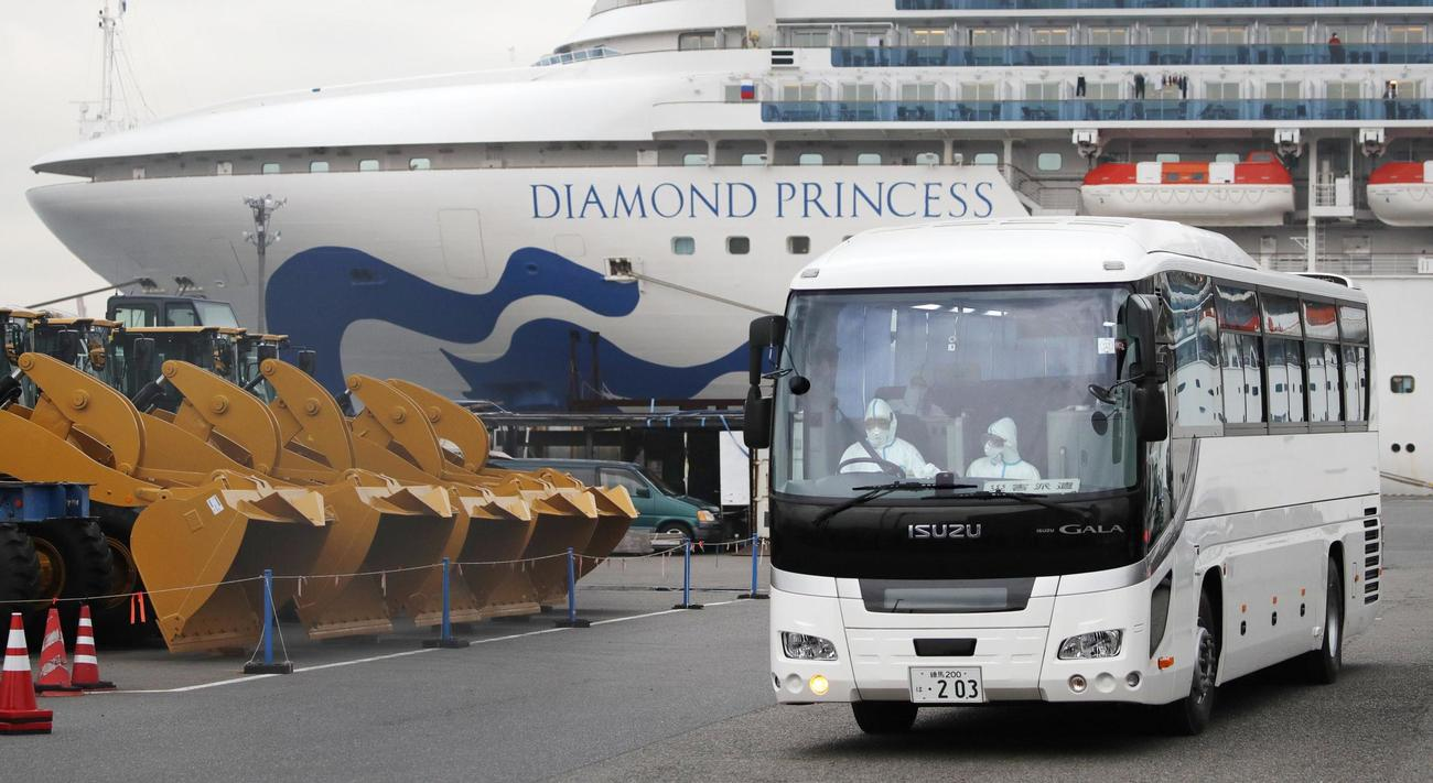 クルーズ船「ダイヤモンド・プリンセス」から埼玉県和光市の税務大学校に向け出発するバス(共同)
