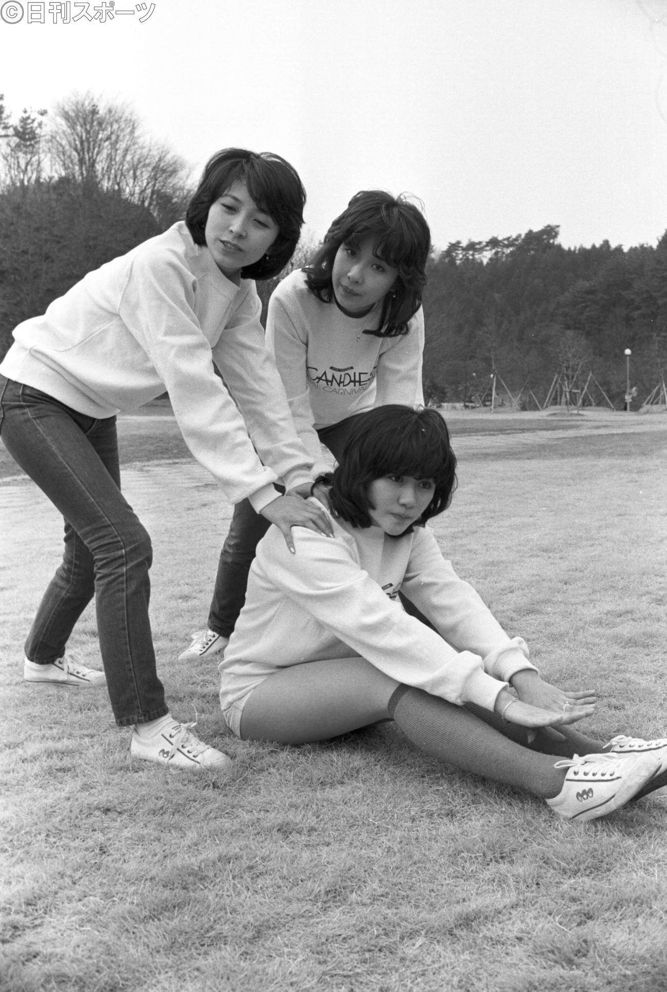 78年3月9日、解散コンサートへ向け、つま恋で合宿する田中好子さん(下)らキャンディーズ。左が藤村美樹さん、奥は伊藤蘭