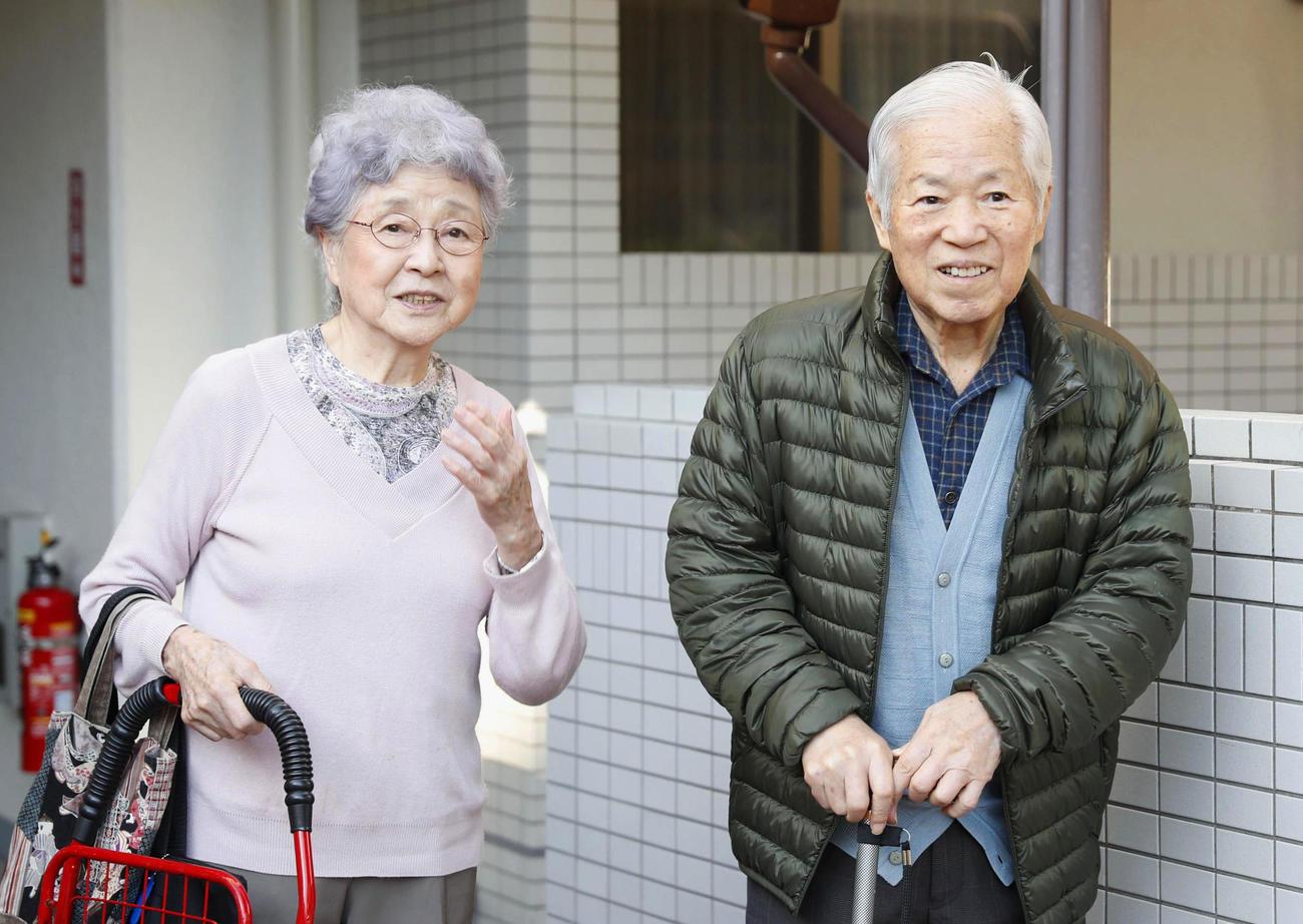 2017年11月、早紀江さん(左)に付き添われてデイケアに向かう横田滋さん(共同)