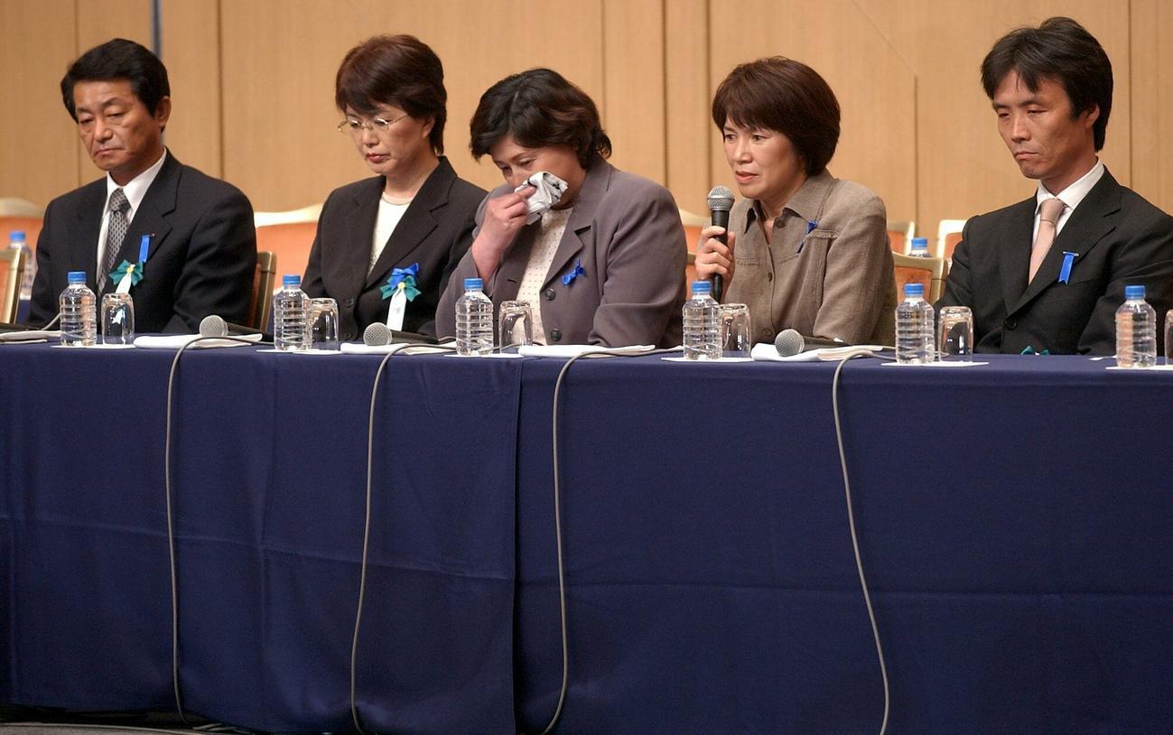会見する地村保志さん(左端)ら拉致被害者家族(2004年05月22日撮影)