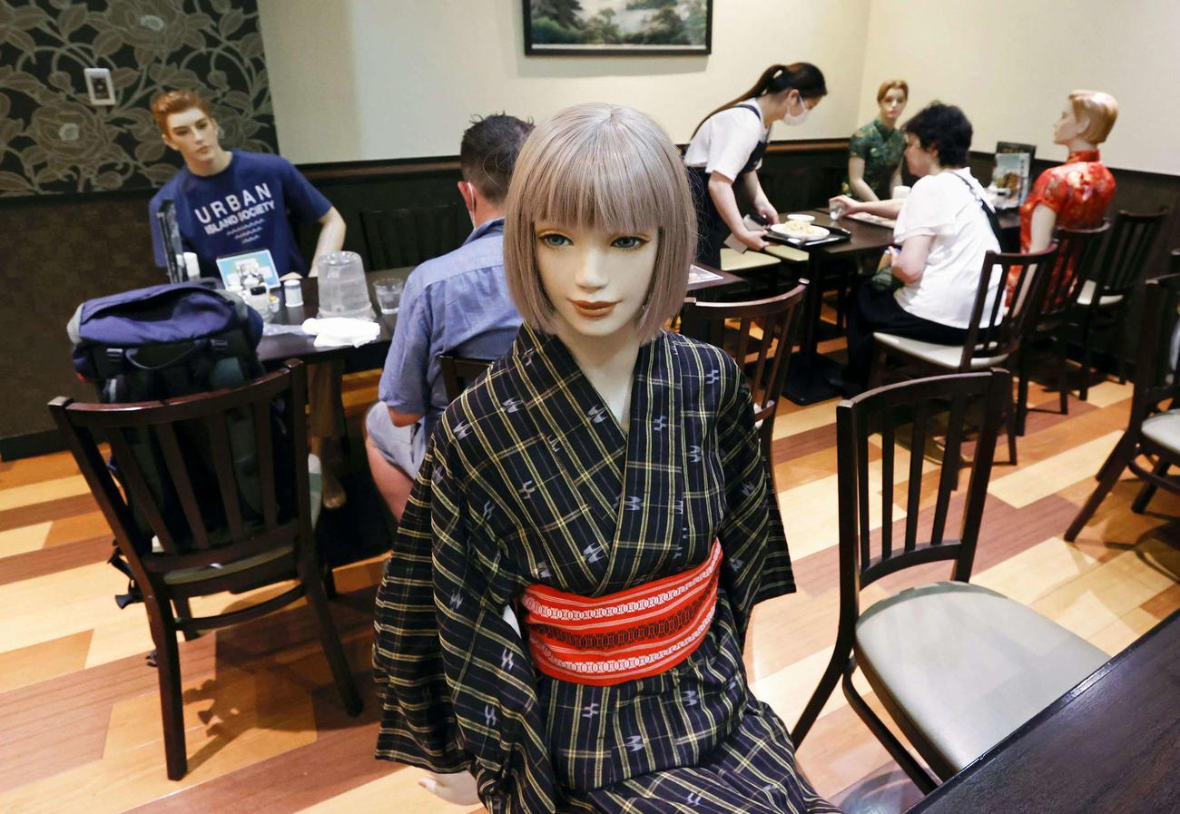 東京都北区の中華料理店「麒麟菜館」では来店客が密集しないように、客席にマネキンを座らせている(共同)