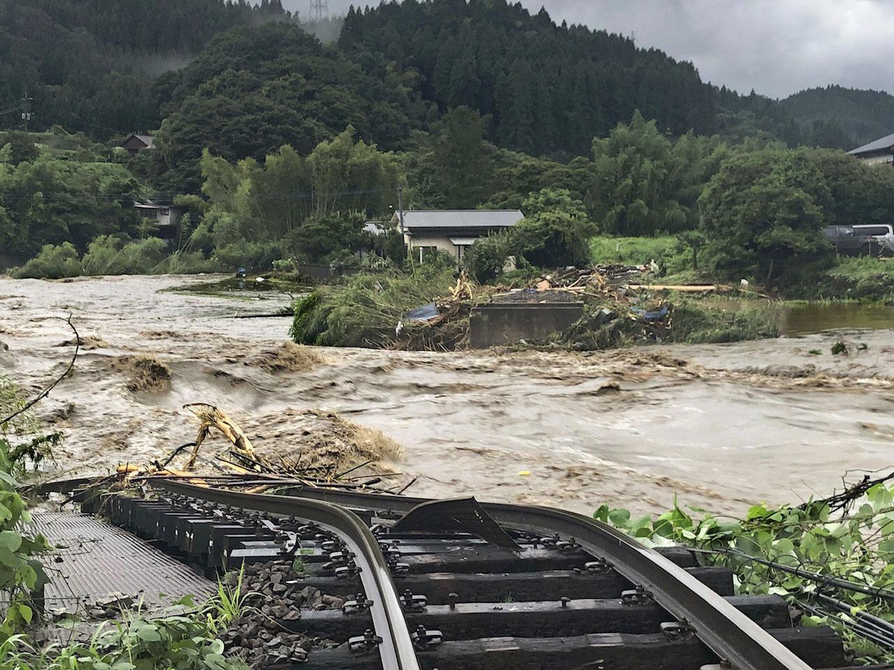 大分県九重町の野上川で豪雨により流失したJR久大線の鉄橋(共同)