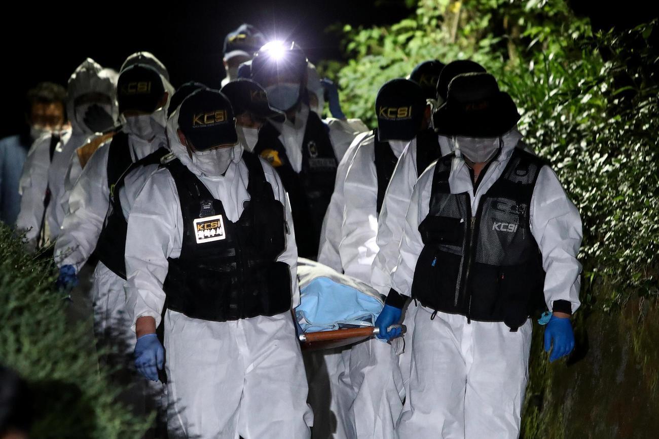 朴元淳ソウル市長とみられる遺体を運ぶ警察当局者ら(ゲッティ=共同)