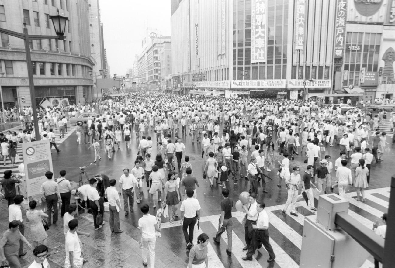 美濃部亮吉東京都知事の提唱で8月2日に銀座、新宿、池袋、浅草で都内では初めて実施。4地区合わせ76万2000人の人出(1970年8月2日撮影)