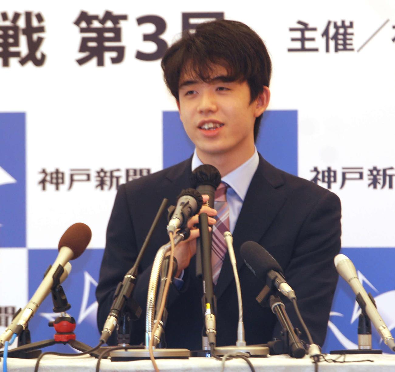 前日会見に臨んだ藤井聡太棋聖(撮影・松浦隆司)