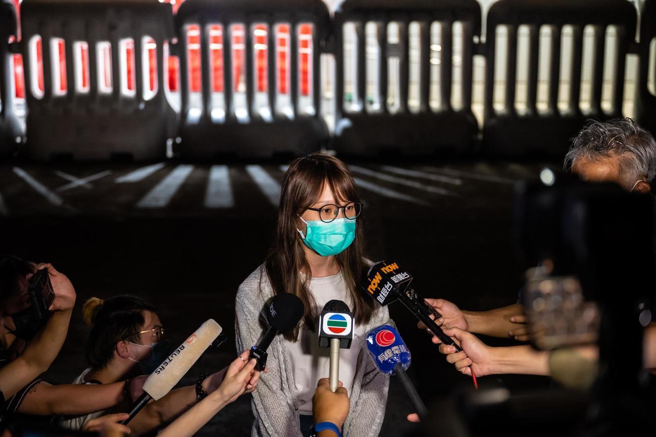 保釈後、記者団に話す民主活動家の周庭氏=11日、香港(ゲッティ=共同)