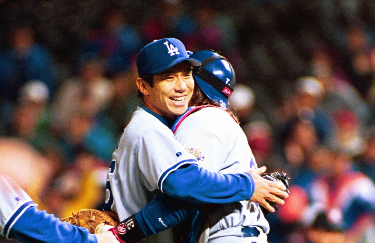 1996年9月17日、ノーヒットノーランを達成したドジャース野茂は捕手ピアザと抱き合う