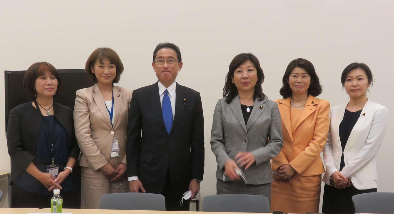 岸田文雄政調会長(左から3人目)と野田聖子幹事長代行(同4人目)が共同代表で派閥を横断した新議連を発足させた(撮影・大上悟)