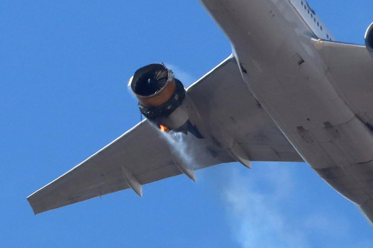 右側のエンジンから白煙を吹く旅客機(ロイタ-)