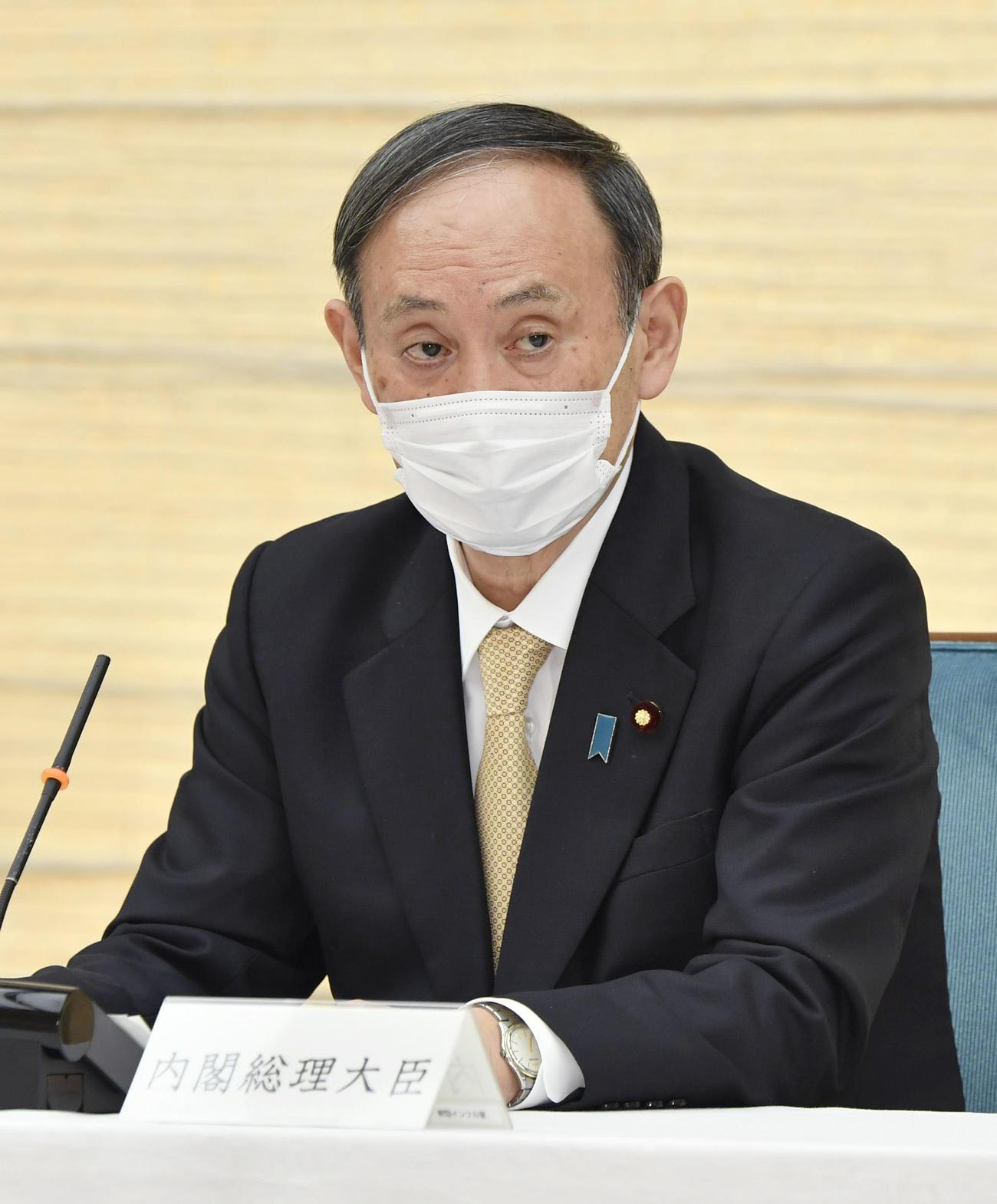 新型コロナウイルス感染症対策本部で、6府県の緊急事態宣言について月末解除を表明する菅首相(共同)