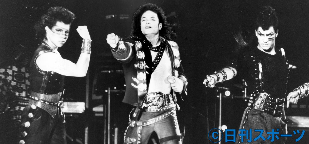 大阪公演で歌い踊るマイケル・ジャクソン(1987年10月10日撮影)