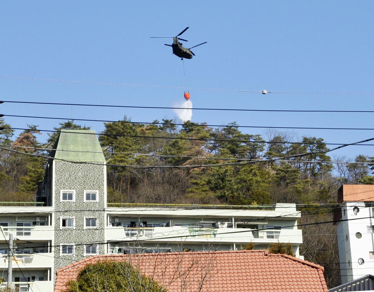 栃木県足利市の山林火災現場で消火活動に当たるヘリコプター(共同)