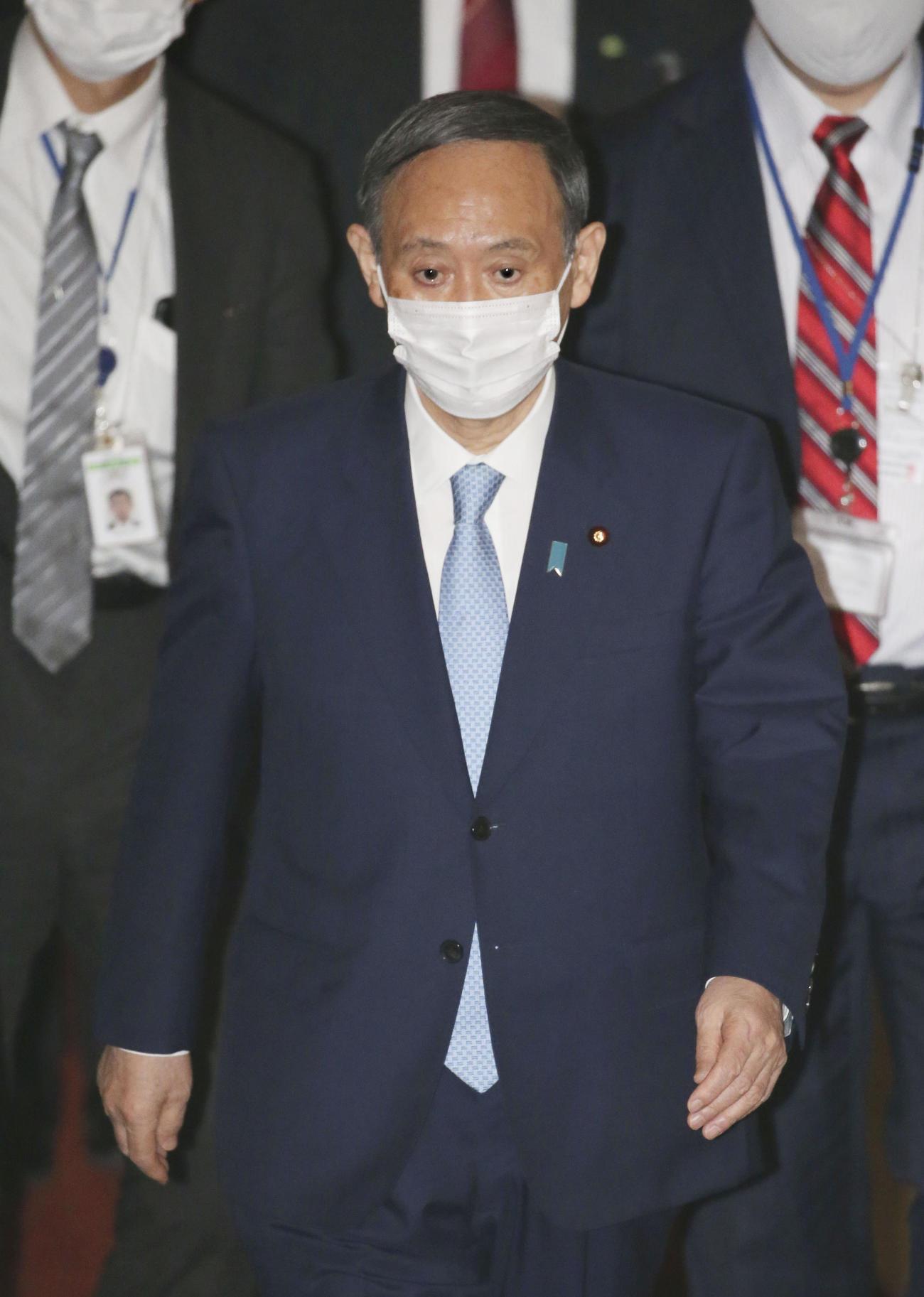 衆院予算委に向かう菅首相(共同)