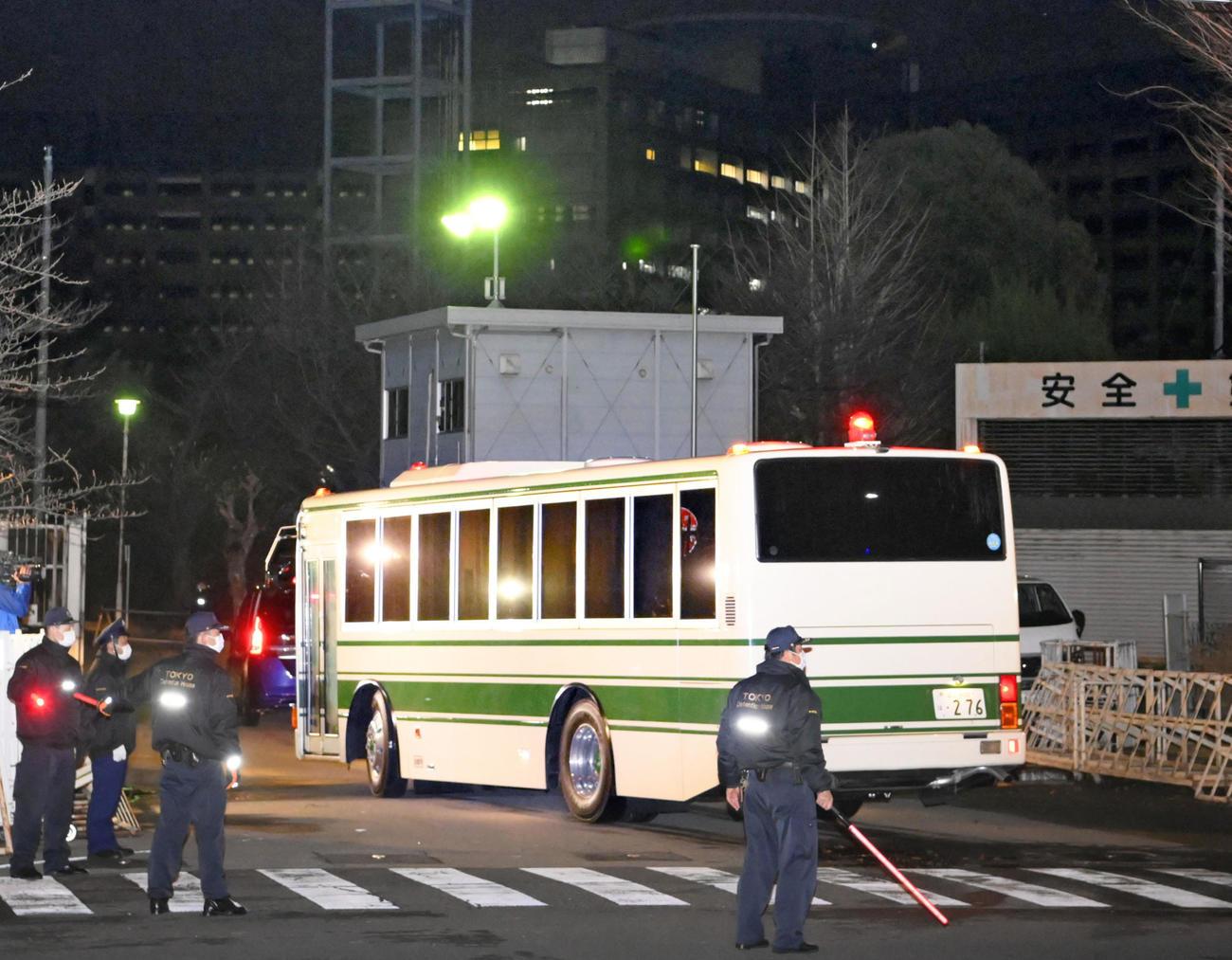 東京拘置所に入るマイケル・テイラー容疑者を乗せたとみられる車両(共同)