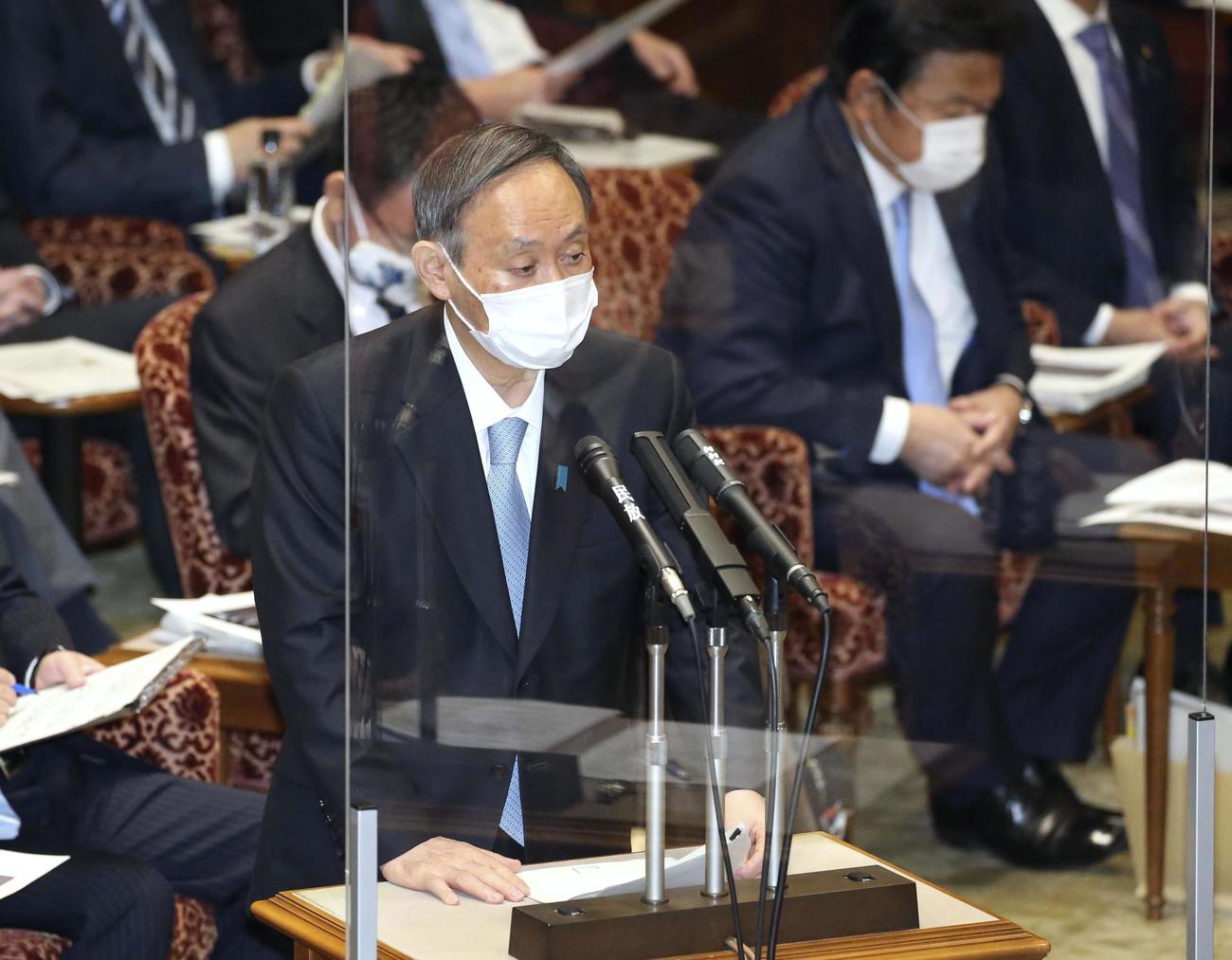 参院予算委で答弁する菅首相(共同)