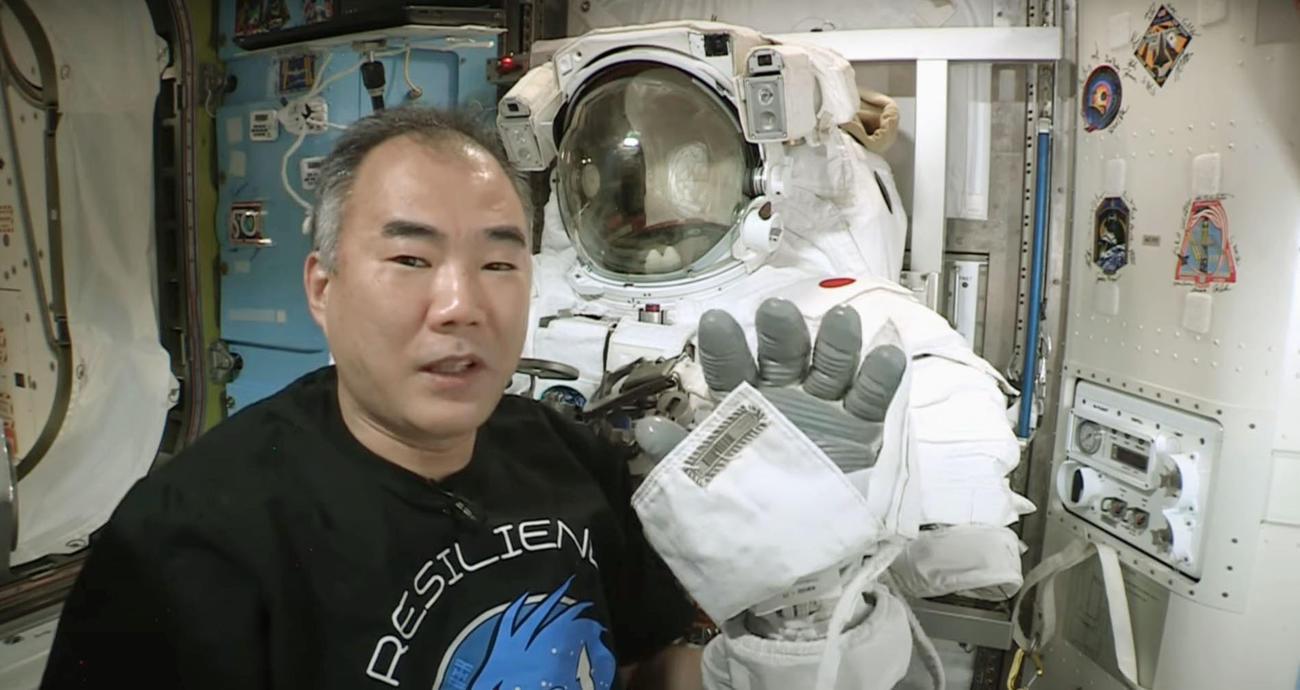 船外活動で着る宇宙服と野口聡一飛行士(YouTubeより)