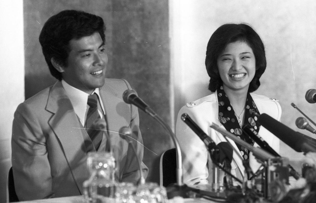 婚約会見で笑顔を見せる山口百恵と三浦友和(1980年年3月7日)