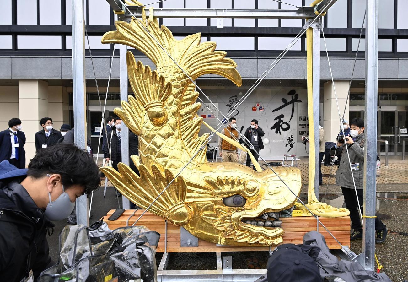 名古屋城天守から地上に下ろされた「金のしゃちほこ」(共同)