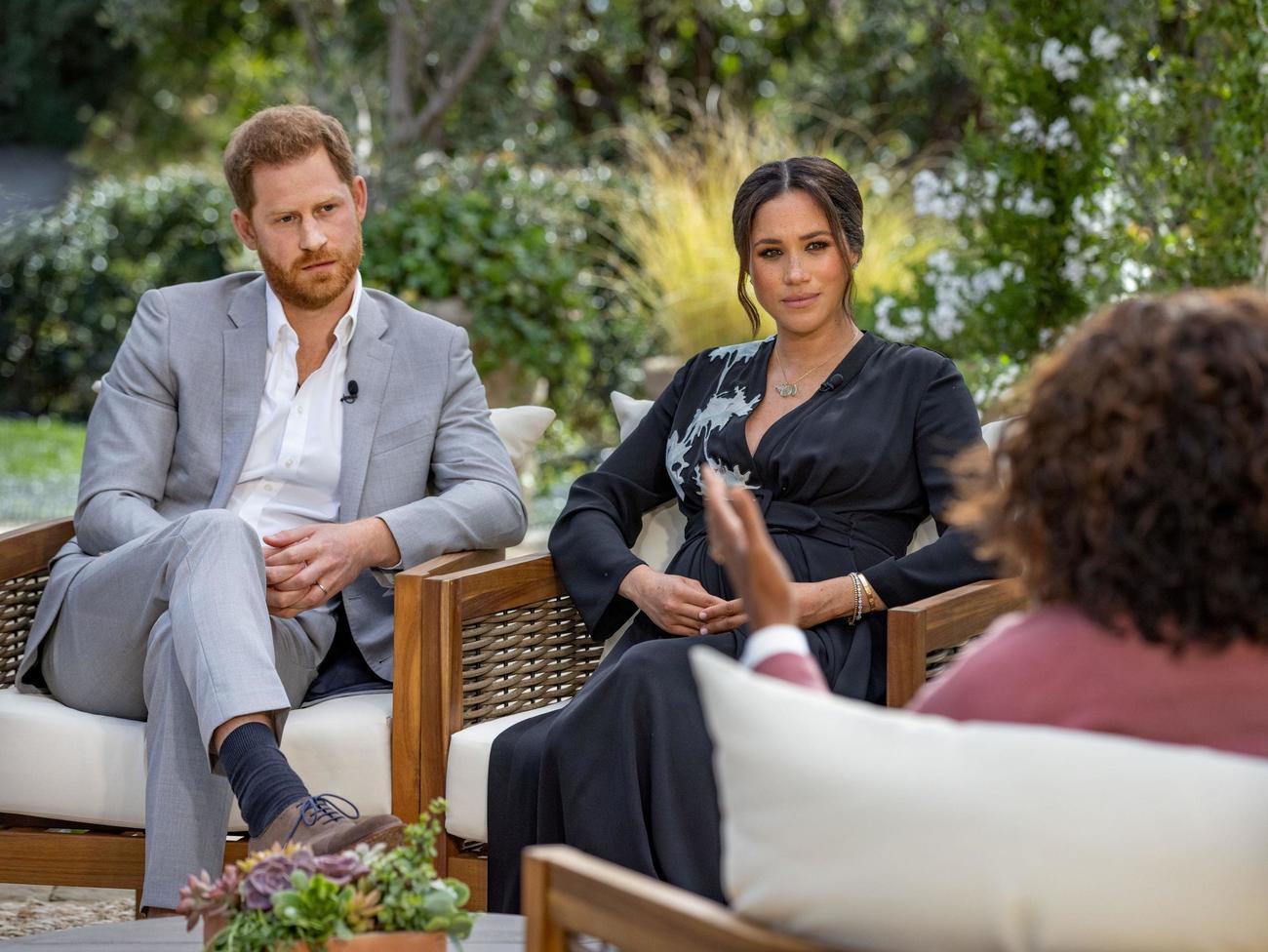 インタビューに応じるヘンリー王子(左)と妻メーガン妃(ロイター=共同)