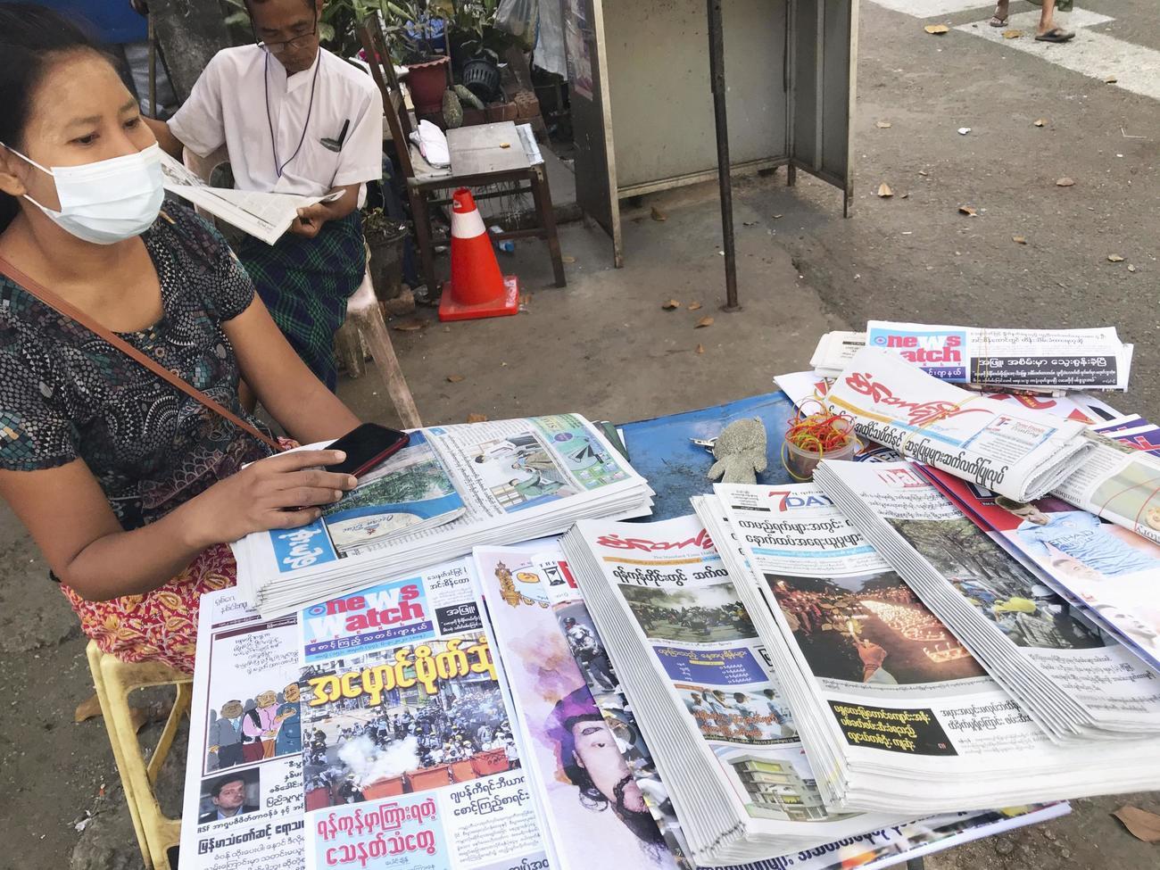 7日、ミャンマー・ヤンゴンの路上で売られる新聞。このうち日刊紙「セブンデー」は免許を取り消された(共同)