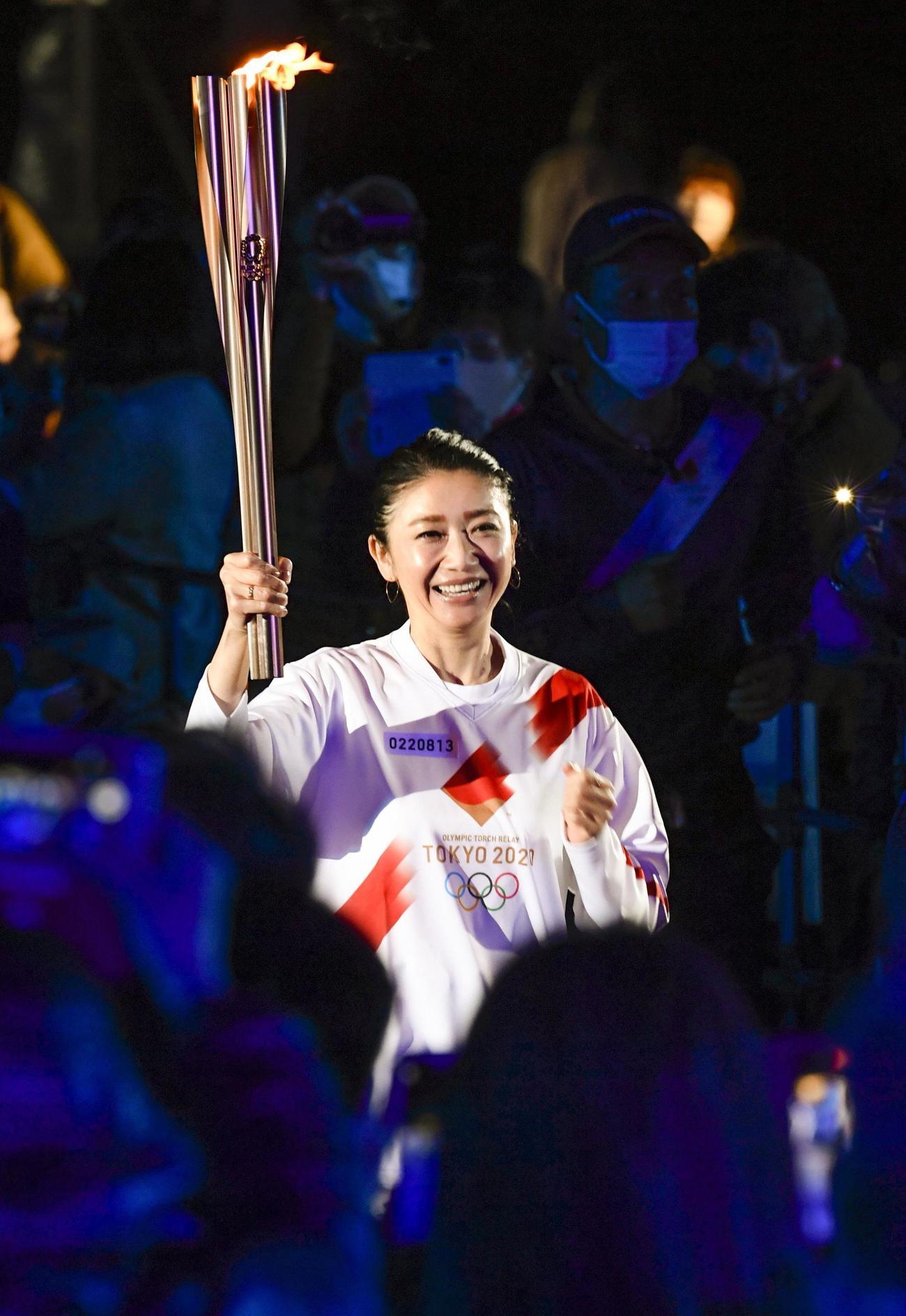 徳島県鳴門市で聖火のトーチを掲げ走る最終ランナーの市橋有里さん