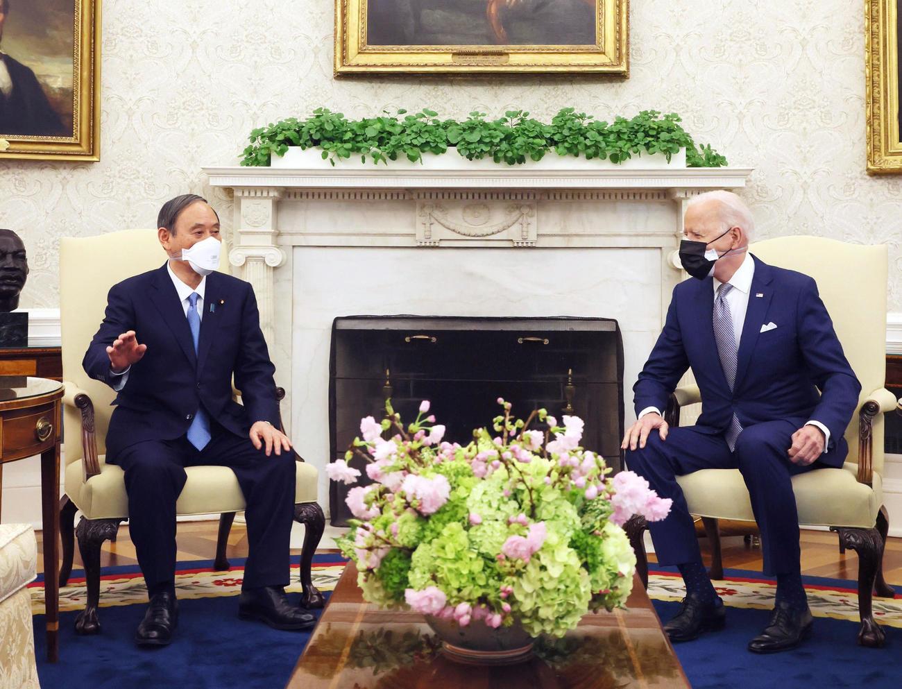 会談に臨む菅首相(左)とバイデン米大統領(首相官邸のツイッターより)