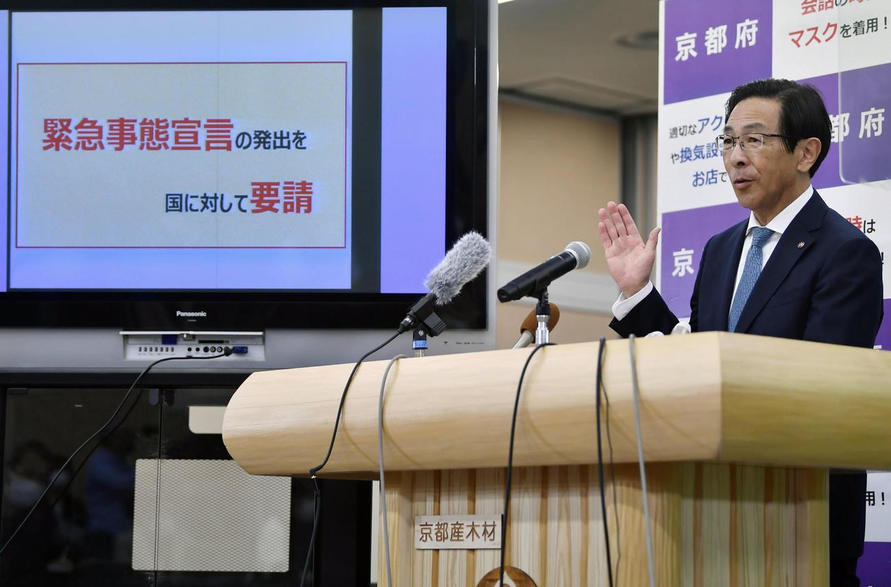 新型コロナウイルスの対策本部会議を終え、記者会見する京都府の西脇隆俊知事(共同)