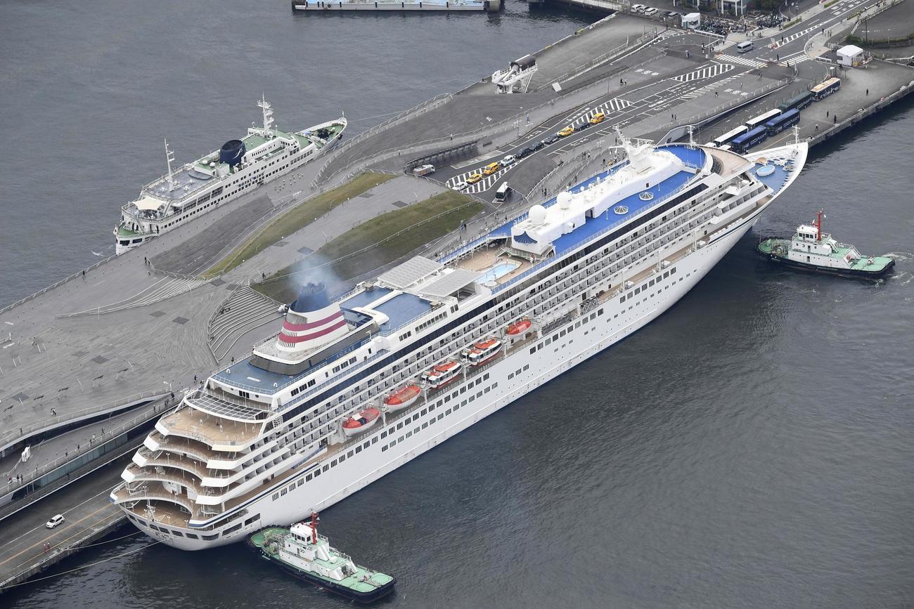 横浜港に到着したクルーズ船「飛鳥2」(共同)