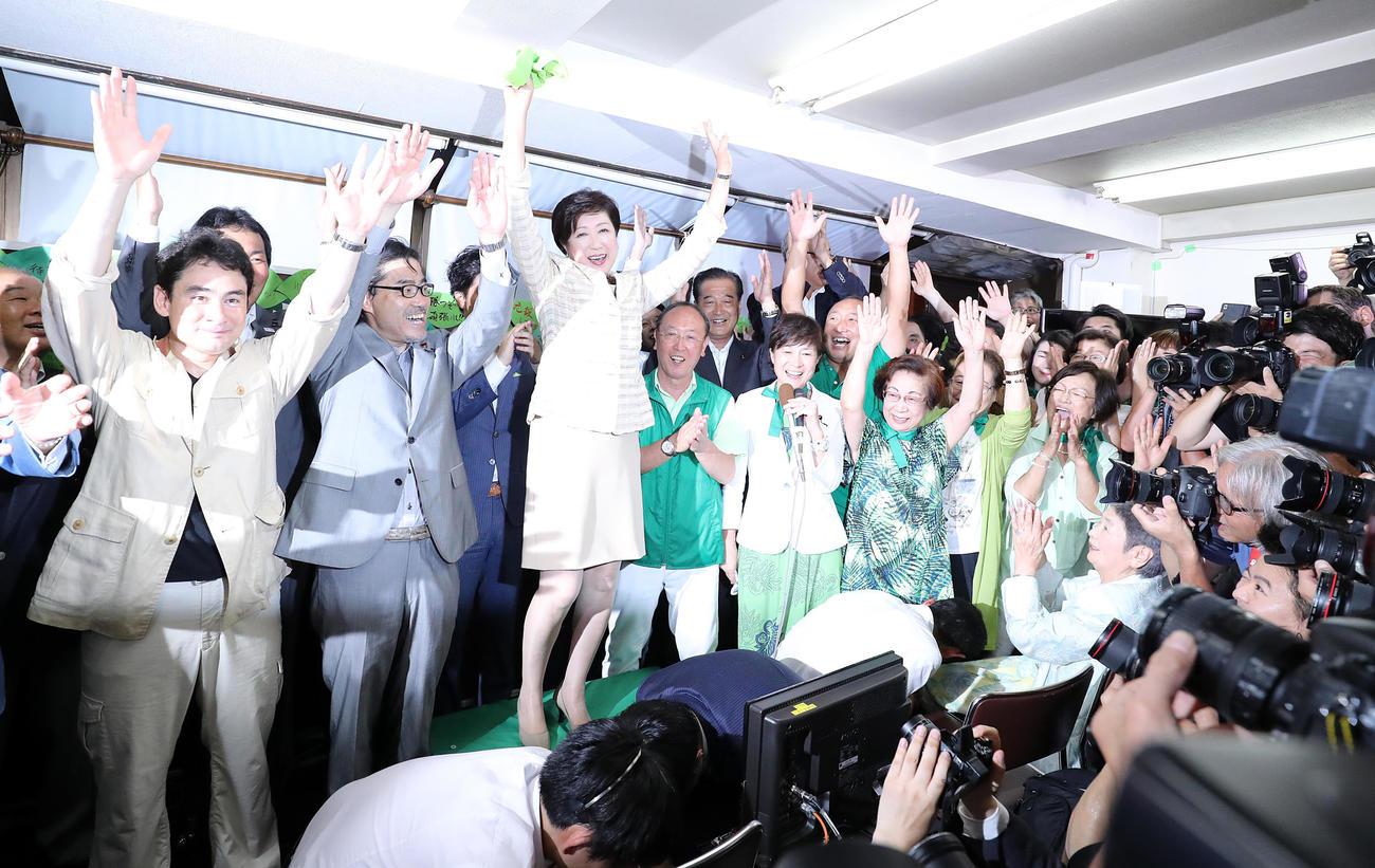 都知事初当選で支援者とバンザイする小池百合子氏(中央)(2016年7月撮影)