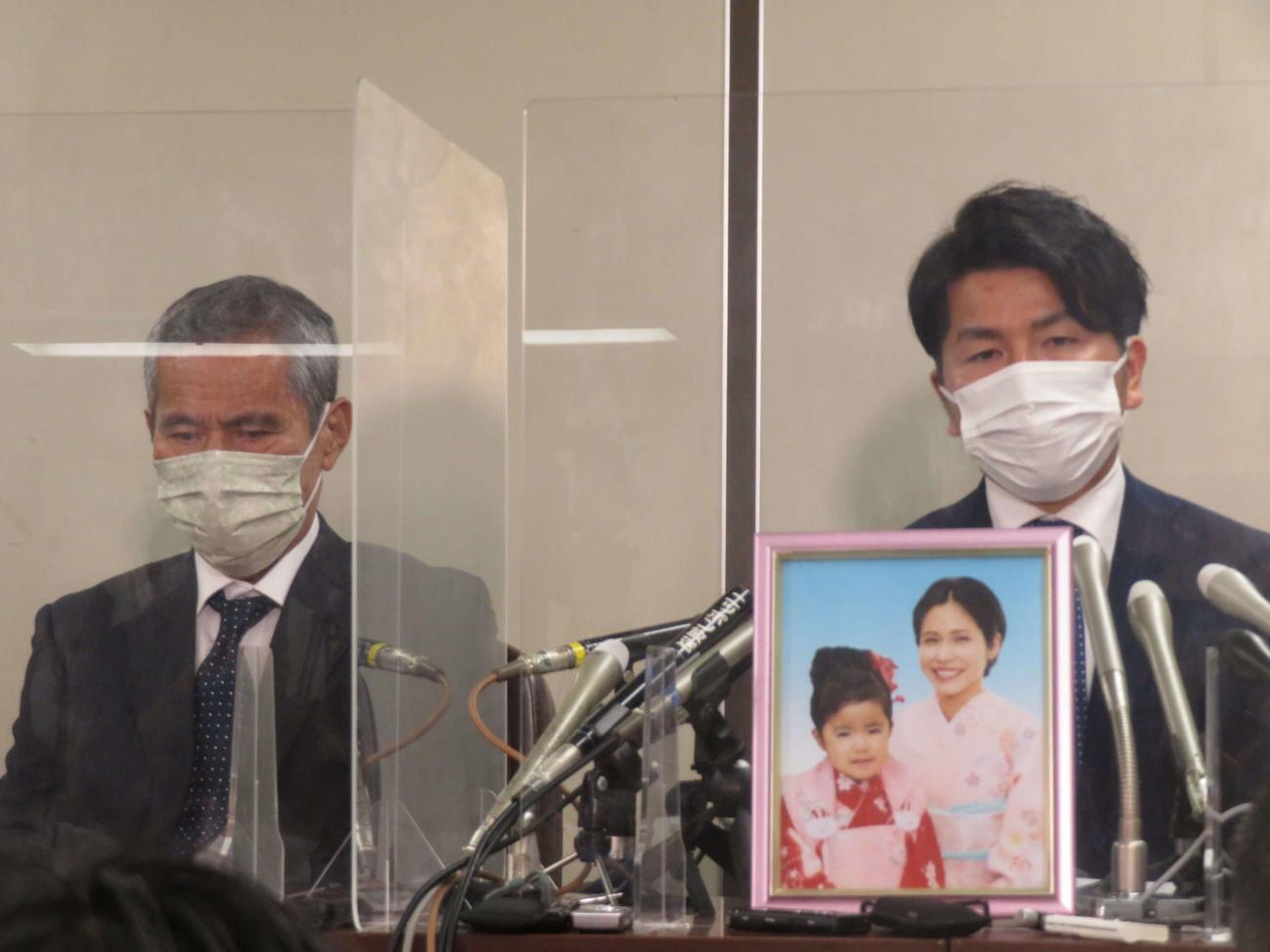 判決後、会見を開く松永拓也さん(右)と義父の上原義教さん(撮影・村上幸将)