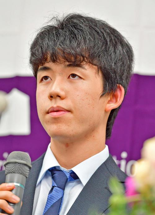 29連勝の会見を行う藤井四段(右端)(撮影・江口和貴)