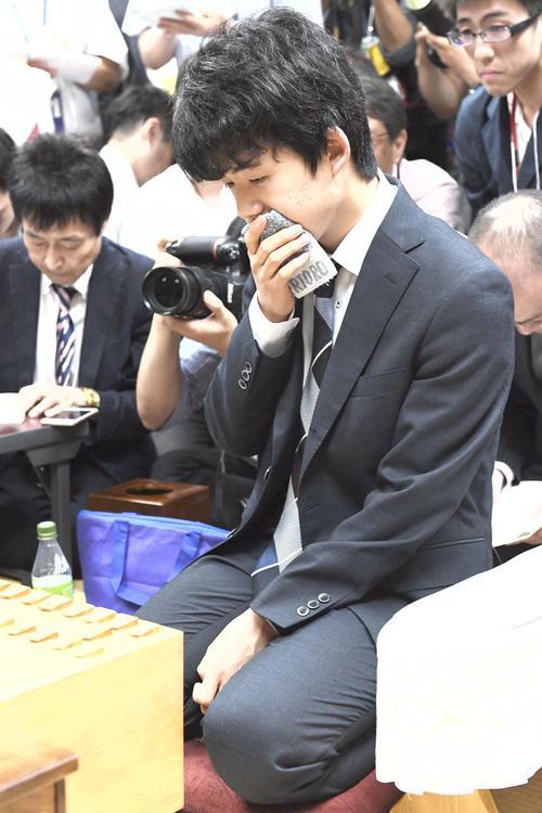 対局を終え会見に臨む藤井聡太四段(撮影・清水貴仁)