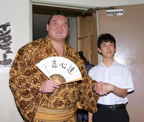 中田七段に勝利し感想戦を行う藤井四段(撮影・伊藤航)