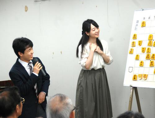 大盤解説会で感想を語る藤井聡太四段(左)、解説を担当した姉弟子の室田伊緒女流二段(撮影・松浦隆司)