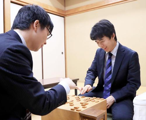 高見泰地五段(左)に勝利し感想戦で笑みを浮かべる藤井聡太四段(撮影・江口和貴)