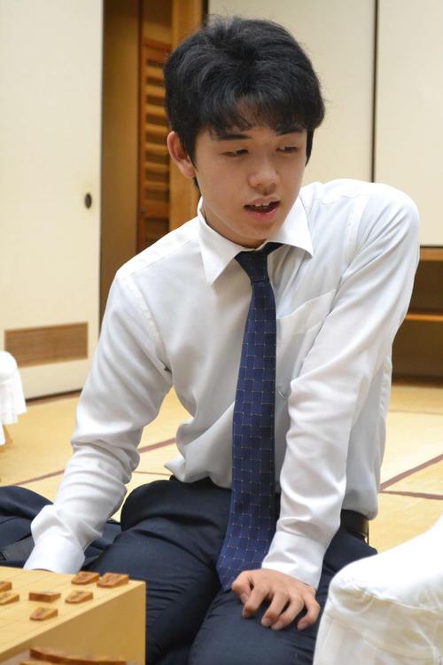 順位戦C級2組4連勝とデビュー以来、通算40勝を挙げてインタビューに応じる藤井聡太四段